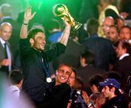 Totti e Cannavaro seguram a Taça na festa italiana