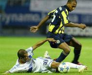 Dínamo Kiev-Fenerbahçe: Marco Aurélio travado por Kadduri (foto EPA)