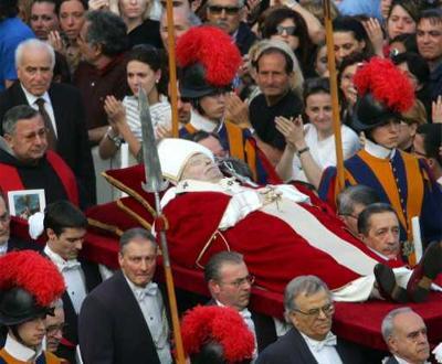 Corpo de João Paulo II foi levado pela Praça de São Pedro, por entre milhares de fiéis