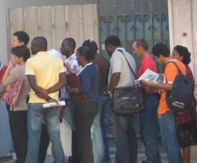 Imigrantes em fila de espera à porta do SEF