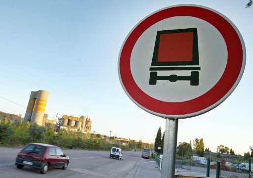 Sinal de «trânsito proibido a veículos transportando mercadorias perigosas» colocado à entrada de Souselas para impedir o acesso a camiões com resíduos para serem co-incinerados na Cimpor de Souselas (Foto Lusa)