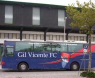 Autocarro do Gil Vicente estacionado à porta do Estádio do Rio Ave