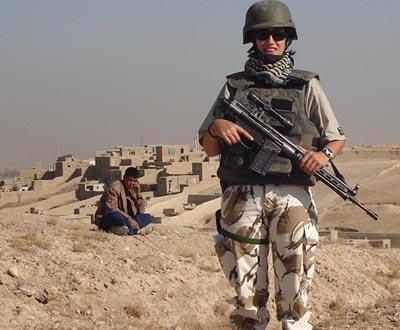 Militar da Força Aérea em missão no Afeganistão. Cabe a esta mulher garantir a segurança ao grupo de controladores aéreos