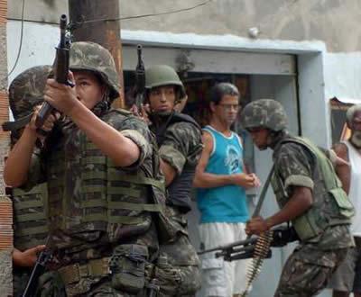 Operação do exército brasileiro nas favelas do Rio de Janeiro