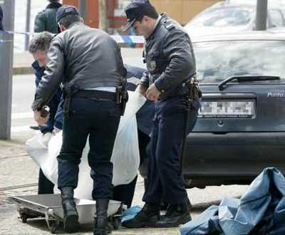 Polícia retira o corpo do segurança