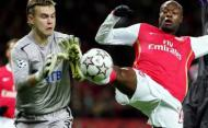 Arsenal vs CSKA: Gallas e Akinfeev (EPA/GERRY PENNY)