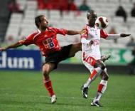 Benfica-U. Leiria: Sougou foge a Léo (Foto LUSA)