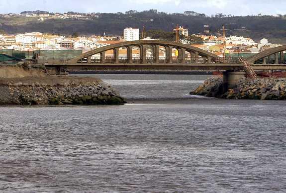 Pequeno canal onde teve lugar o acidente (Foto Paulo Novais/Lusa)