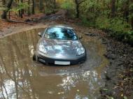 Andrew Wisdom atolou o carro na lama