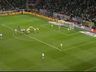 Nos cantos a Suécia aposta numa defesa mista. Três ou quatro unidades defendem à zona, e os restantes marcam individualmente.