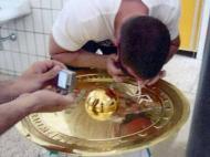 Adepto snifa cocaína em troféu na Áustria