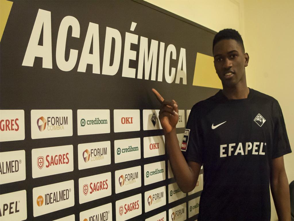 Elton Monteiro apresentado na Académica (Foto: Académica)