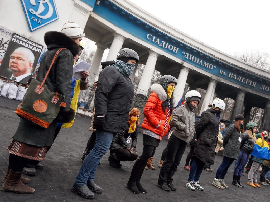 Barricadas junto ao estádio Lobanovsky, em Kiev (EPA)