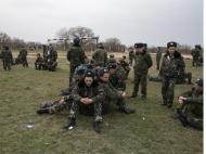 Soldados ucranianos jogam futebol na Crimeia (Reuters)