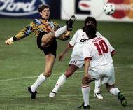 Marco Simone (ao centro) na final da Champions de 1995