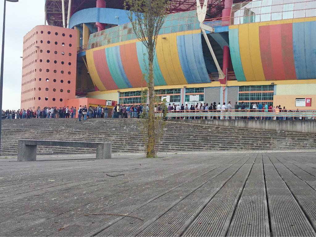 Fila para comprar bilhetes para o Arouca-Benfica em Aveiro