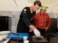 Tomas Berdych mestre de culinária (com atum) no Portugal Open (foto Lagos Sports)