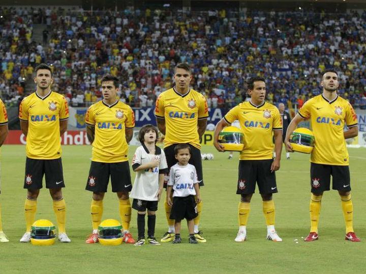 Jogadores do Corinthians entram em campo com capacetes de Senna