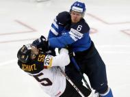 Mundial de hóquei no gelo: Tommi Kivisto (Finlândia) e Felix Schutz (Alemanha)