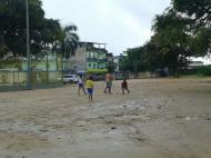 Ypiranga: crianças jogam descalças no centro de treinos