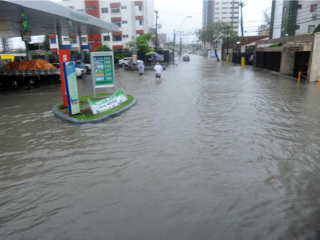 Cheias em Recife (EPA/THOMAS EISENHUTH)