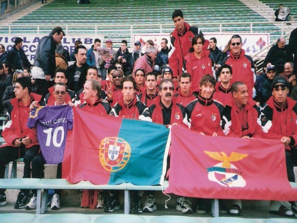 84b1674e04 Segundo do canto inferior direito. Durante uma digressão da formação do  Benfica a Itália