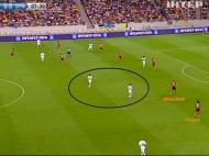 Imagem B: Taison, extremo esquerdo, ocupa uma posição defensiva junto à linha, com o lateral Shevchuk um pouco mais por dentro, pelo que ninguém ocupa uma posição interior na zona intermédia