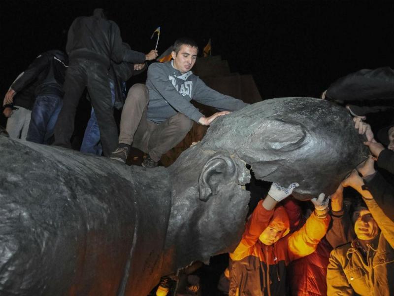 Estátua de Lenine deitada a baixo na Ucrânia