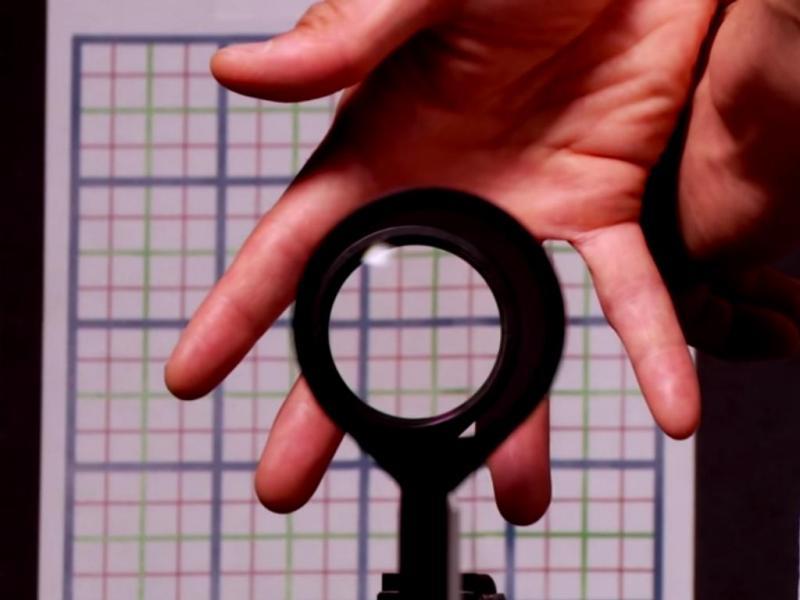 Cientistas criam «capa da invisibilidade» (Reprodução / Youtube/ UniversityRochester)
