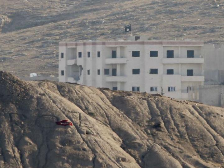 Uma bandeira do Estado Islâmico foi avistada no topo de um edifício em Kobani (Reuters)