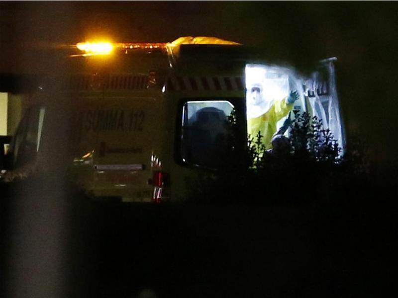 Auxiliar de enfermaria espanhola infetada com ébola deixa o hospital de Alcorcon (Reuters)