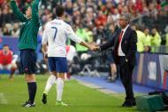 Cristiano Ronaldo e Fernando Santos cumprimentam-se no França-Portugal