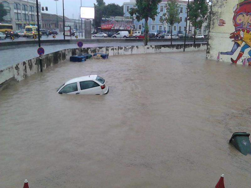 Inundações em Lisboa - Alcântara (Foto: Emanuel Vicente - euvi@tvi.pt)