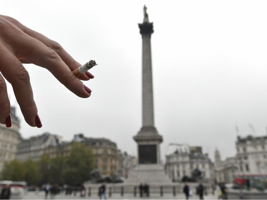 Fumar em Trafalgar Square [Reuters]