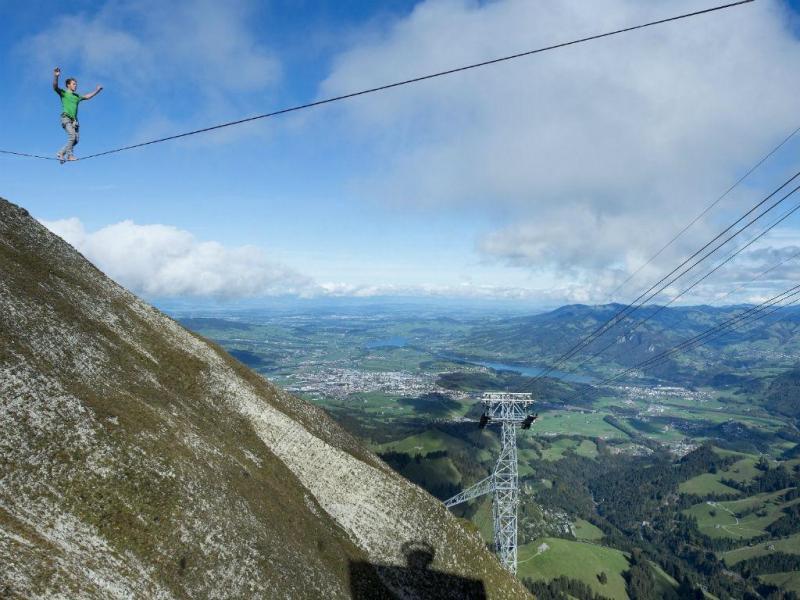 Atravessar os Alpes no arame (EPA/LUSA)