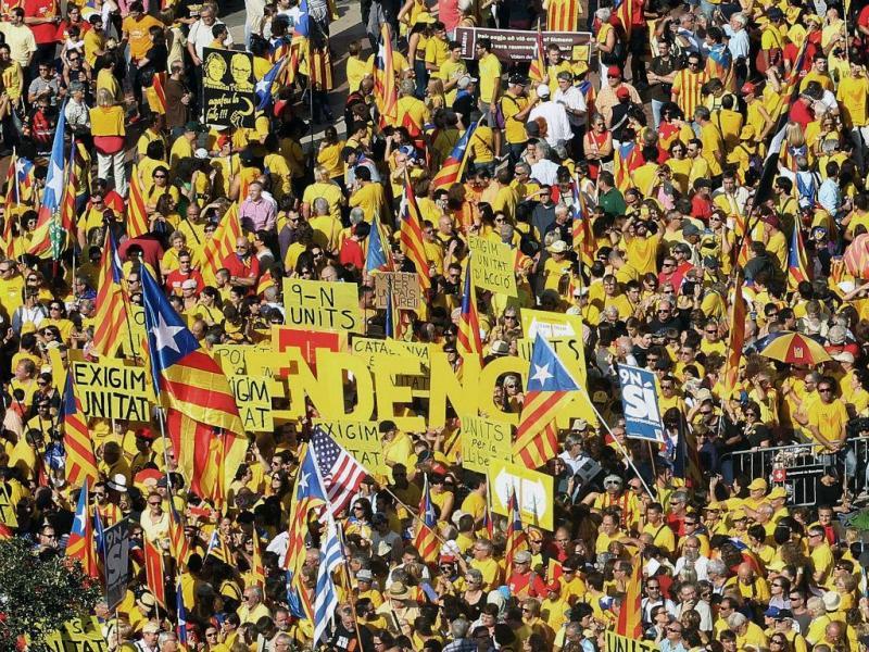 Milhares manifestam-se pela independência da Catalunha, em Barcelona (LUSA/EPA)