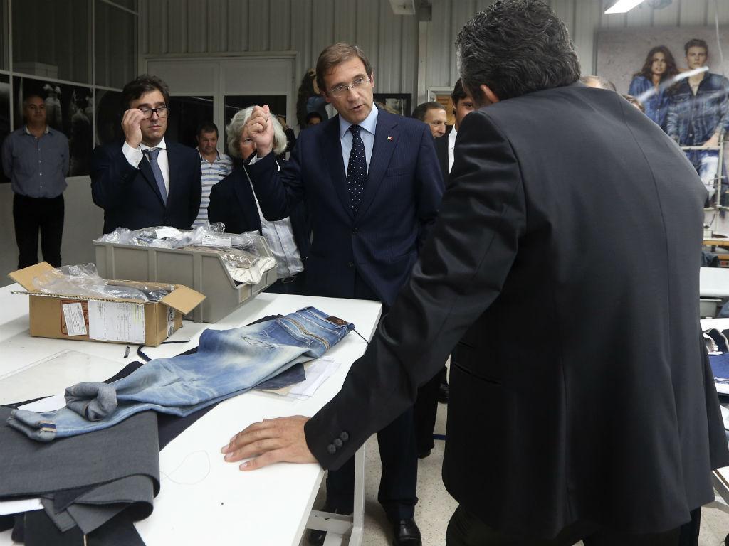 Passos Coelho visita fábrica de roupa (LUSA)
