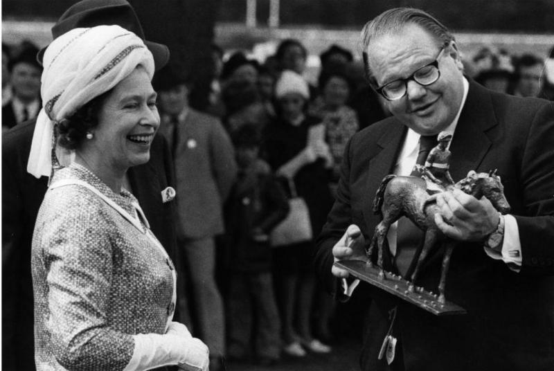 Nelson Bunker Hunt com a Rainha Elizabeth, em 1974