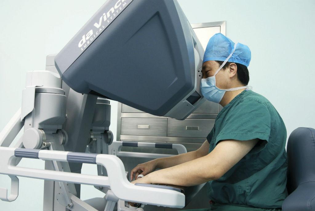 Médico a operar com robô cirúrgico (Reuters)