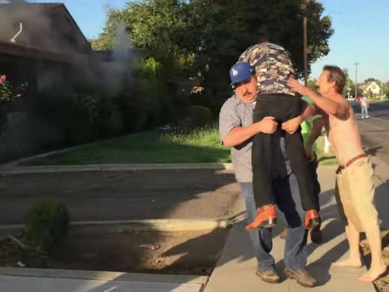 Desconhecido salva idoso de casa em chamas (Reprodução YouTube)