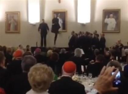 Padres dançam num seminário no Vaticano (YouTube)