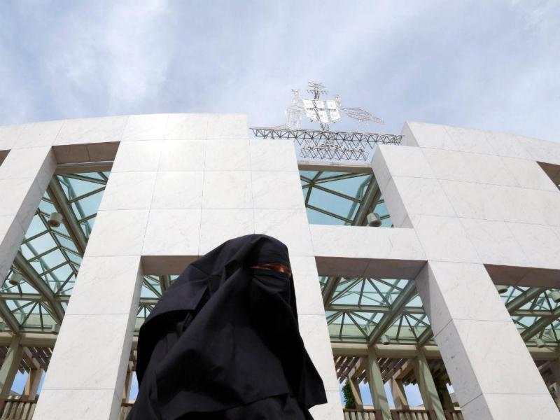 Vestidos de Ku Klux Klan entram no parlamento australiano (EPA/LUSA)