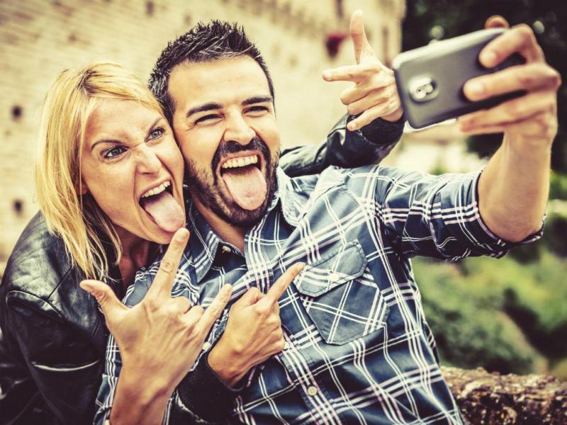 Jovens nas redes sociais (IstockPhoto)