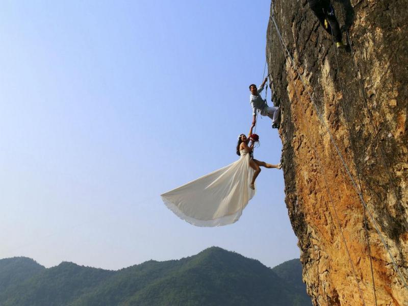 Alpinista tira fotografia á noiva (REUTERS)