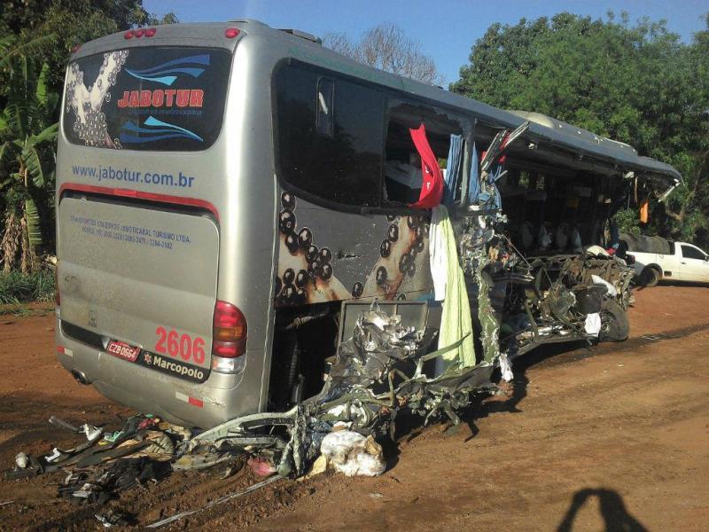 Acidente de autocarro escolar no Brasil faz 11 mortos (EPA/DOUGLAS REIS / JORNAL DA CIDADE)