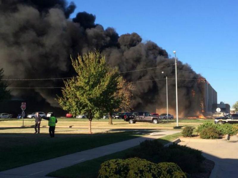 Avioneta despenha-se contra edifício em aeroporto do Kansas (Reprodução / Twitter / Tracey Weaver)