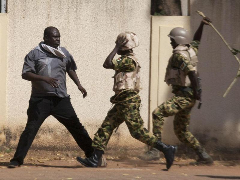 Protestos anti-governo no Burkina Faso (REUTERS)