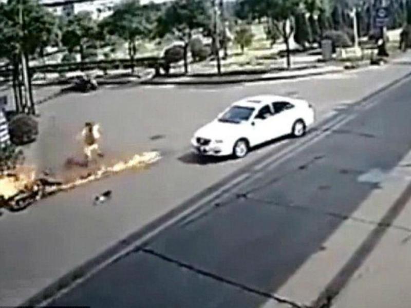 Motociclista transforma-se em bola de fogo humana após colisão (Reprodução Youtube)