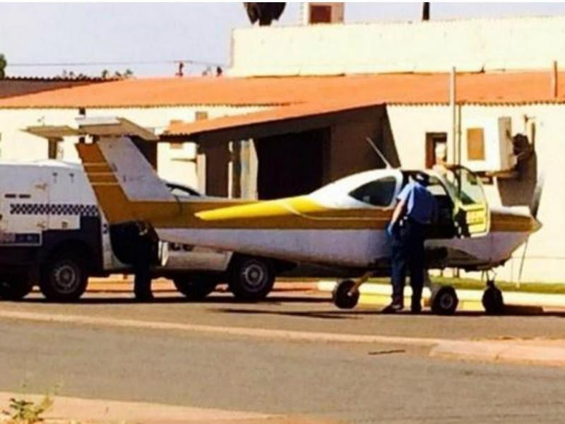 Homem conduz avião pelas ruas de cidade australiana