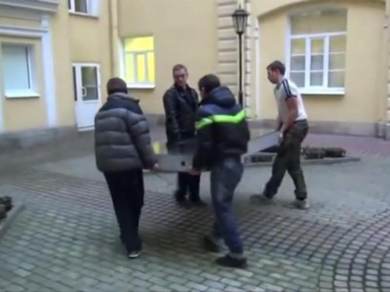 Rússia: estátua de iPhone retirada (Reprodução/Youtube/VideosYouShouldSee)